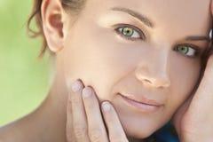 Υπαίθρια όμορφη γυναίκα πορτρέτου με τα πράσινα μάτια Στοκ φωτογραφία με δικαίωμα ελεύθερης χρήσης