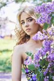 Υπαίθρια όμορφη νέα γυναίκα μόδας που περιβάλλεται μέχρι το ιώδες καλοκαίρι λουλουδιών Ιώδης θάμνος ανθών άνοιξη Πορτρέτο ενός κο Στοκ φωτογραφίες με δικαίωμα ελεύθερης χρήσης