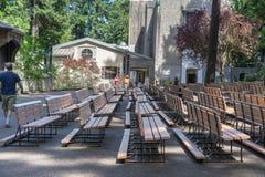 Υπαίθρια pews εκκλησιών Grotto Στοκ εικόνες με δικαίωμα ελεύθερης χρήσης