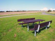 υπαίθρια picnic πίνακας χαλάρω&sig στοκ φωτογραφία