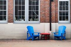 Υπαίθριες αστικές καρέκλες Adirondack χαλάρωσης στην πόλη στοκ εικόνες με δικαίωμα ελεύθερης χρήσης