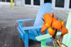 Υπαίθριες αστικές καρέκλες Adirondack χαλάρωσης στοκ φωτογραφία με δικαίωμα ελεύθερης χρήσης