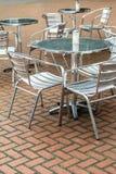 Υπαίθριες εστιατορίων καρέκλες καφέδων καφέ υπαίθριες με τον πίνακα Στοκ Φωτογραφίες