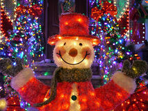 Υπαίθριες διακοσμήσεις Χριστουγέννων Χριστουγέννων - φω'τα χιονανθρώπων επάνω στο σπίτι στο Μπρούκλιν, Νέα Υόρκη Στοκ Εικόνες