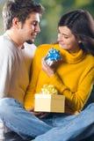 υπαίθριες νεολαίες δώρων ζευγών Στοκ εικόνες με δικαίωμα ελεύθερης χρήσης