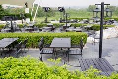 Υπαίθριες υπαίθριες καρέκλες εστιατορίων με τον πίνακα Καλοκαίρι Στοκ Φωτογραφία