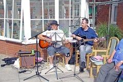 Υπαίθριοι μουσικοί που παίζουν τις κιθάρες Στοκ φωτογραφία με δικαίωμα ελεύθερης χρήσης