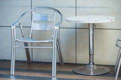 Υπαίθριοι πίνακας και καρέκλες καθορισμένοι Στοκ Φωτογραφίες