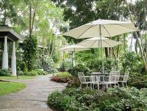 Υπαίθριοι πίνακας και καρέκλα στον πράσινο κήπο στοκ φωτογραφία