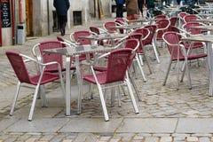 Υπαίθριοι πίνακας και καρέκλες στην Ισπανία Στοκ Φωτογραφία