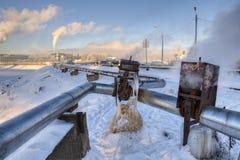 Υπαίθριος από πάνω μονωμένος ανεφοδιασμός ζεστού νερού σωληνώσεων εσωτερικός, W Στοκ Εικόνες