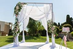 υπαίθριος γάμος τελετή&sigma Γαμήλιο chuppa που διακοσμείται με τα φρέσκα λουλούδια στοκ φωτογραφία με δικαίωμα ελεύθερης χρήσης