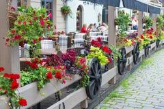 Υπαίθριος καφές με τη διακόσμηση λουλουδιών Στοκ εικόνα με δικαίωμα ελεύθερης χρήσης