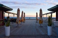 Υπαίθριος καφές πεζουλιών στη EN κενή παραλία το χειμώνα Στοκ φωτογραφία με δικαίωμα ελεύθερης χρήσης