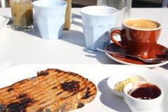 υπαίθριος καφές προγευμάτων που εξυπηρετείται Στοκ εικόνα με δικαίωμα ελεύθερης χρήσης