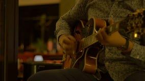 Υπαίθριος κιθαρίστας νύχτας απόθεμα βίντεο