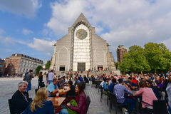 Υπαίθριος να δειπνήσει μπροστά από τη βασιλική της Notre Dame de Λα Treille Στοκ Φωτογραφίες