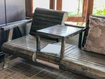 Υπαίθριος ξύλινος πίνακας που τίθεται στον καφέ Στοκ Φωτογραφία
