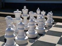 Υπαίθριος πίνακας σκακιού οδών με τα μεγάλα άσπρα πλαστικά κομμάτια στοκ φωτογραφίες με δικαίωμα ελεύθερης χρήσης