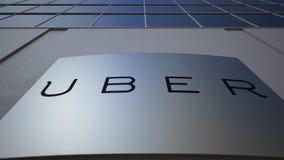 Υπαίθριος πίνακας συστημάτων σηματοδότησης με Uber Technologies Inc ΛΟΓΟΤΥΠΟ χτίζοντας σύγχρονο γραφ&epsilo Εκδοτική τρισδιάστατη απόθεμα βίντεο