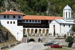 Υπαίθριος σταθμός αυτοκινήτων και μοναστήρι στοκ εικόνες