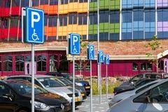 Υπαίθριος σταθμός αυτοκινήτων με τις ειδικές παρεμποδισμένες θέσεις στάθμευσης Στοκ εικόνες με δικαίωμα ελεύθερης χρήσης