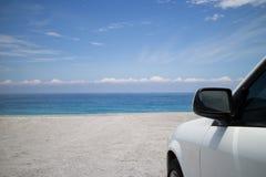 Υπαίθριος σταθμός αυτοκινήτων στην παραλία στοκ εικόνα