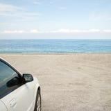 Υπαίθριος σταθμός αυτοκινήτων στην παραλία στοκ φωτογραφία