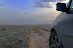 Υπαίθριος τουρισμός αυτοκινήτων concemp - από το οδικό αυτοκίνητο στο υπόβαθρο ηλιοβασιλέματος Στοκ Φωτογραφίες