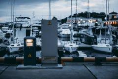 Υπαίθριος φορτιστής ηλεκτρικής ενέργειας στην αποβάθρα λιμενοβραχιόνων μαρινών για τις βάρκες Στοκ Φωτογραφίες