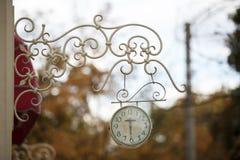 Υπαίθριο αναλογικό ρολόι τοίχων Στοκ Εικόνες