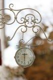 Υπαίθριο αναλογικό ρολόι τοίχων Στοκ Εικόνα