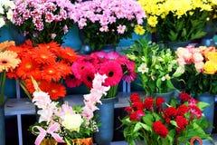 Υπαίθριο ανθοπωλείο, κόκκινα τριαντάφυλλα, κίτρινα τριαντάφυλλα και άλλα λουλούδια Στοκ φωτογραφία με δικαίωμα ελεύθερης χρήσης