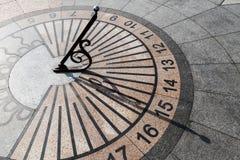 Υπαίθριο αστικό ηλιακό ρολόι στο πεζοδρόμιο πετρών Στοκ Φωτογραφίες