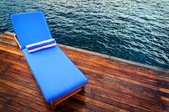 Υπαίθριο κάθισμα ξαπλώματος στη γέφυρα Στοκ Φωτογραφία