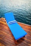 Υπαίθριο κάθισμα ξαπλώματος στη γέφυρα Στοκ φωτογραφία με δικαίωμα ελεύθερης χρήσης