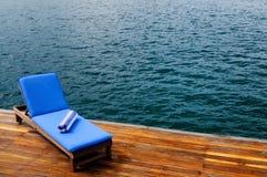 Υπαίθριο κάθισμα ξαπλώματος στη γέφυρα Στοκ φωτογραφίες με δικαίωμα ελεύθερης χρήσης