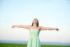 Υπαίθριο κατώτερο φως του ήλιου παραμονής γυναικών ευτυχίας του ηλιοβασιλέματος Στοκ Εικόνες
