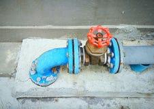 Υπαίθριο κύριο σύστημα αποκλεισμένων βαλβίδων νερού στο τσιμεντένιο πάτωμα Στοκ Φωτογραφία