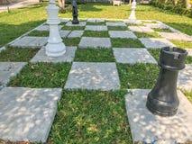 Υπαίθριο μεγάλο σκάκι και ελεγμένη σημαία Στοκ εικόνα με δικαίωμα ελεύθερης χρήσης