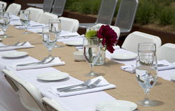 Υπαίθριο μεσημεριανό γεύμα εορτασμού με τους πίνακες και dishware στοκ φωτογραφίες με δικαίωμα ελεύθερης χρήσης