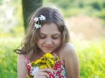 Υπαίθριο μικρό κορίτσι με την ανθοδέσμη των πικραλίδων Στοκ Φωτογραφίες