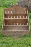 Υπαίθριο ξύλινο εκλεκτής ποιότητας παιχνίδι εκτινάξεων δαχτυλιδιών στοκ εικόνες