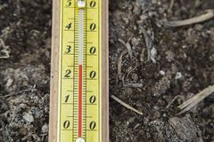 Υπαίθριο ξύλινο θερμόμετρο Στοκ εικόνες με δικαίωμα ελεύθερης χρήσης