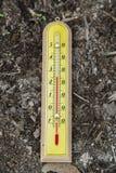 Υπαίθριο ξύλινο θερμόμετρο Στοκ φωτογραφίες με δικαίωμα ελεύθερης χρήσης