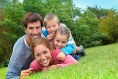 Υπαίθριο οικογενειακό πορτρέτο Στοκ εικόνα με δικαίωμα ελεύθερης χρήσης