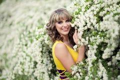 Υπαίθριο πορτρέτο άνοιξη μιας όμορφης γυναίκας Ελκυστικό κορίτσι στα άσπρα λουλούδια Στοκ φωτογραφίες με δικαίωμα ελεύθερης χρήσης