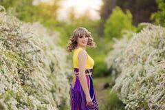Υπαίθριο πορτρέτο άνοιξη μιας όμορφης γυναίκας Ελκυστικό κορίτσι στα άσπρα λουλούδια Στοκ φωτογραφία με δικαίωμα ελεύθερης χρήσης