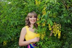 Υπαίθριο πορτρέτο άνοιξη μιας όμορφης γυναίκας Ελκυστικό χαμογελώντας κορίτσι στα άσπρα λουλούδια Στοκ εικόνα με δικαίωμα ελεύθερης χρήσης