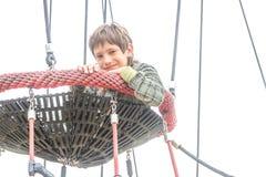 Υπαίθριο πορτρέτο αγοριών παιδιών που απολαμβάνει το χρόνο της στην παιδική χαρά Στοκ φωτογραφία με δικαίωμα ελεύθερης χρήσης